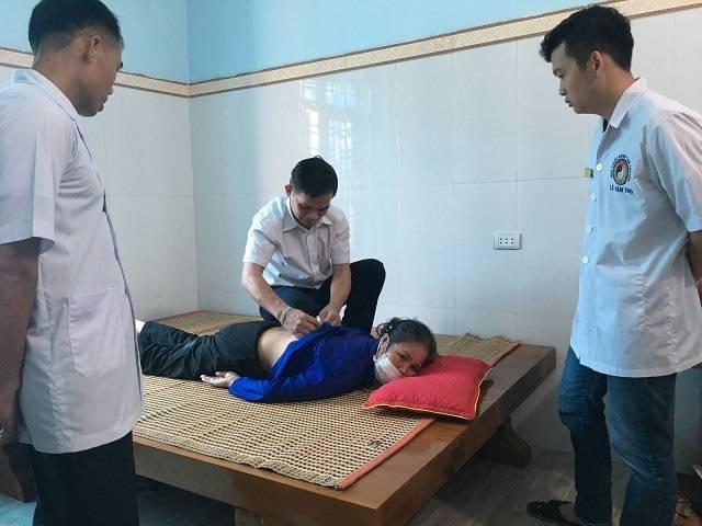 Hình anh Lương y Văn Thọ đang chữa bệnh xương khớp cho bệnh nhân