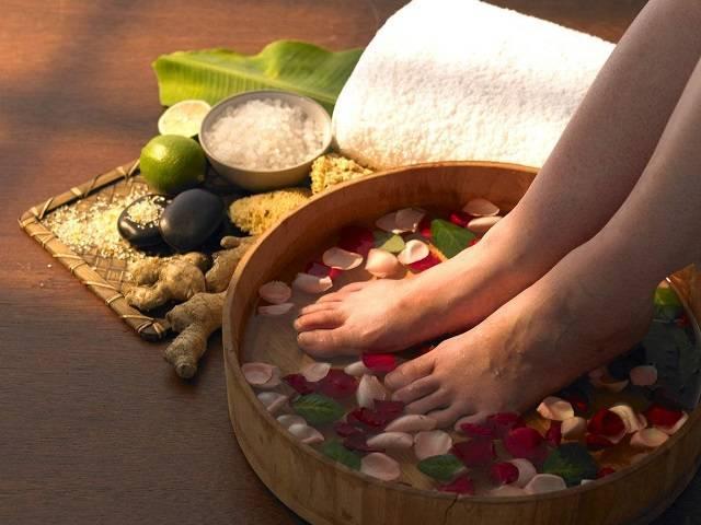 Ngâm chân nước gừng muối điều trị chân lạnh cóng