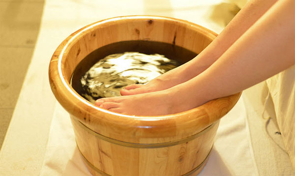 Ngâm chân nước gừng điều trị viêm tắc tĩnh mạch