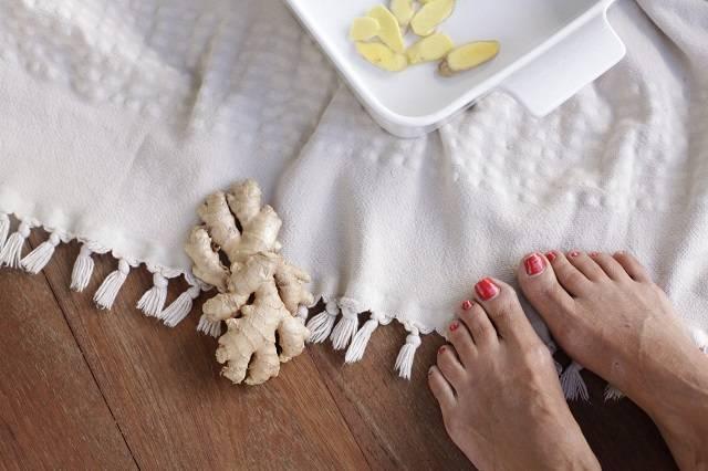 Ngâm chân nước muối gừng giảm thiểu stress mệt mỏi